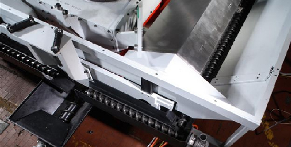 Screw conveyor on a machining center with one central, two sideand two transverse manifolds.