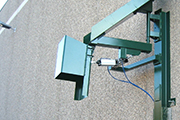 Manually operated discharge chute, rotating on a pivot, with adjustable end-appendage by air cylinder.