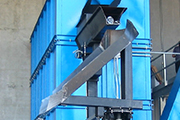 Automatic discharge chute, rotating on motorized bearing, with end-appendage adjustable by air cylinder.